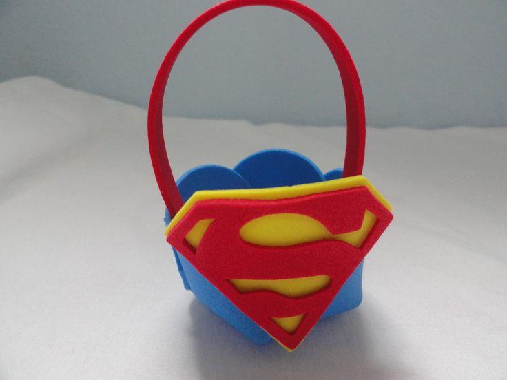 Esta linda cestinha pode ser colocada balinhas, chicletes e confeitos para dar de lembrancinha na sua festa! Tema Super Homem.  Confira em nossa loja todos os produtos desse lindo tema, e de outros temas de super heróis.