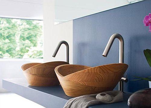 Drewniana umywalka uchodzi za symbol luksusu. Po pierwsze dlatego, że jest droga. Po drugie zaaranżowana z nią łazienka wygląda naprawdę niepospolicie.