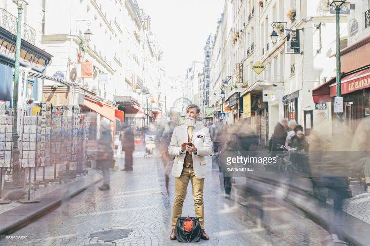 Photo : Homme d'affaires, debout au milieu de la foule se déplaçant sur la rue
