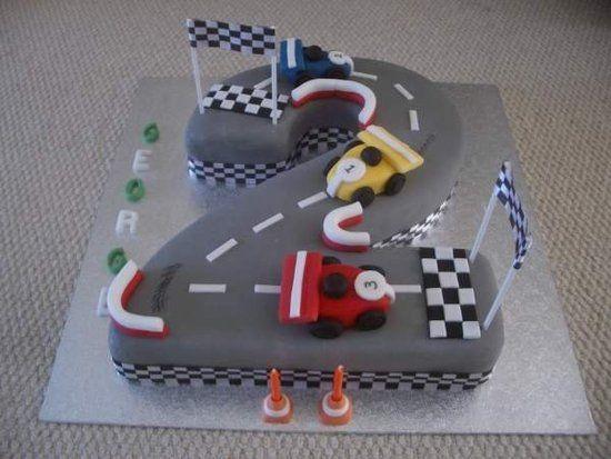 O bolo é a idade do aniversariante, e virou pista de corrida!
