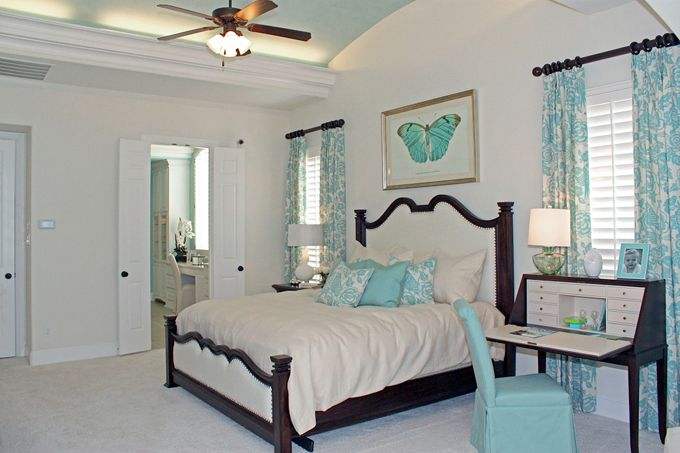 House of Turquoise: Highland Homes-I dearly love turqoise & white; it's such a soothing, & cooling color scheme, especially welcome here in the hot south.