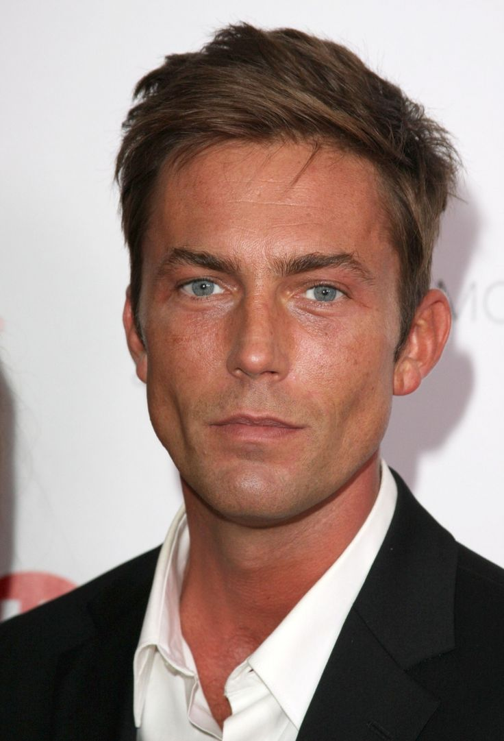 Desmond Harrington, handsome in Dexter (even if the character he plays is a dumbass)