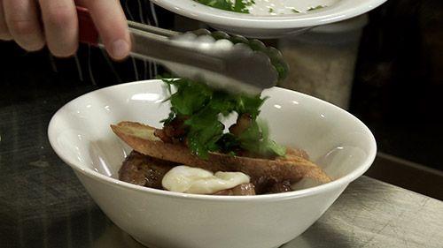 Cuisses de poulet braisées au vin rouge, panais, œufs pochés, persil aux lardons  par Danny St-Pierre