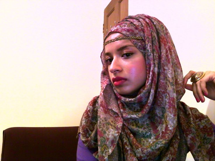 street style hijab LOVE her head band. Fab.