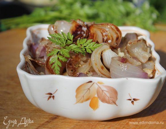 Луковый салат на гриле. Ингредиенты: лук красный, бекон сырокопченый, чеснок