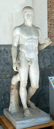 Spydbæreren er en høj klassisk statue, han står med et let knæk i hoften i en S-kurve, som er meget karakteristisk for den klassiske tid. Den er idealiseret, fordi den forskønner virkeligheden. Grækerne mente at han var den perfekte mand, han blev kaldt for en kanon fordi det var rettesnoren for den perfekte krop i den klassiske tid. Dere r liv og bevægelse i figuren, naturlighed, han har desuden meget markede atlethofter, som også er et typisk kendetegn ved den højklassiske tid.