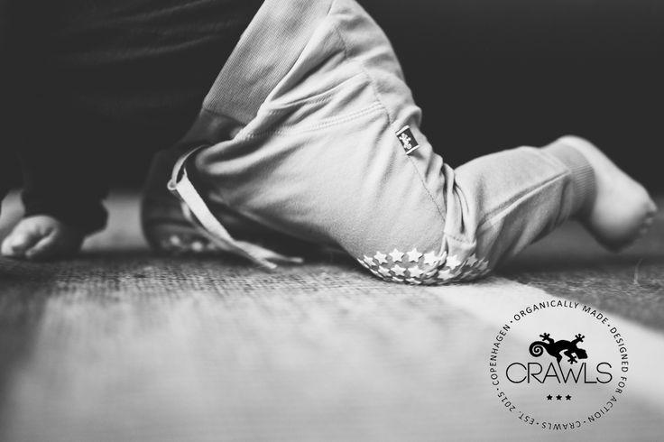"""Crawls """"kravlebukser"""" er designet til brug og bevægelse. Vi har skabt et unikt produkt, der giver barnet den nødvendige bevægelighed og optimale pasform i kravlepositionen. 100 pct. økologisk. #Crawls #CrawlsCopenhagen #GOTS #Øko  http://crawls.dk/"""