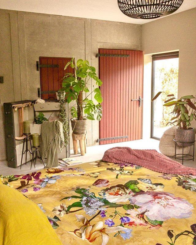 Die Kombination aus Golden Yellow und zarten Blush-Tönen verleihen dem Schlafzi…