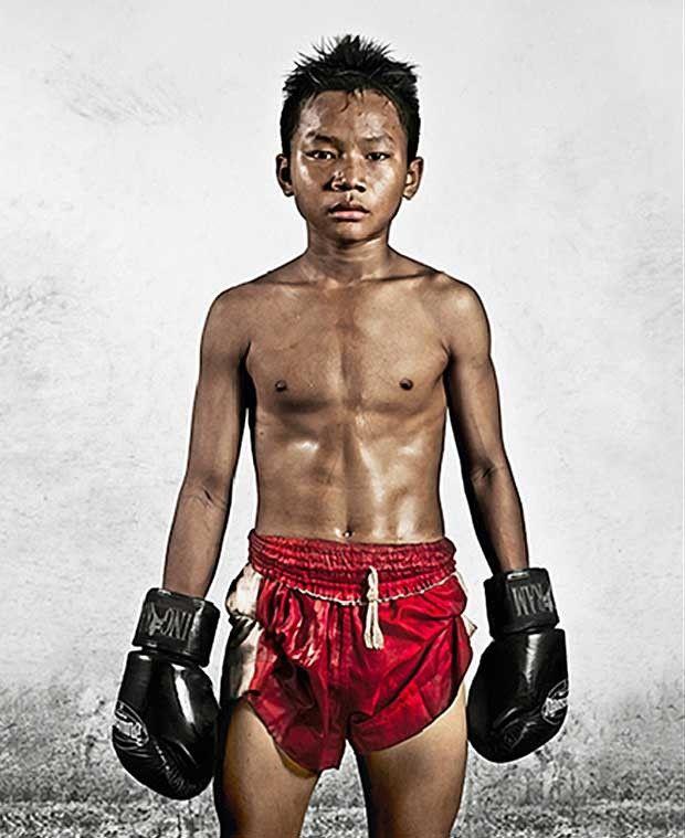 Nos últimos quatro anos, o artista visual americano Noah David Bau fotografou jovens lutadores profissionais de muay thai, em uma das favelas mais famosas de Bangcoc (Foto: Noah David Bau)