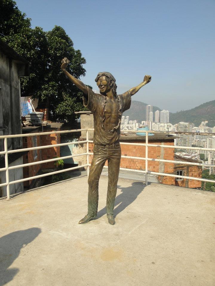 Estátua feita em homenagem ao cantor Michael Jackson em uma laje do Morro Santa Marta.