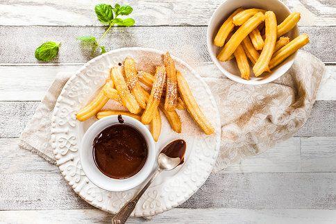 Hledáte tip na rychlý dezert? Našli jsme pro vás ten nejlepší. Churros jsou jednoduché a oblíbí si je všichni, kdo mají rádi dezerty z odpalovaného těsta.