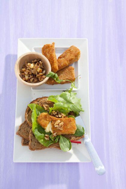 Recept voor notenbrood met gebakken camembert  -4 sneden notenbrood -50 g slamelange met jonge snijbiet -1 camembert (250 g) -50 g walnoten, gehalveerd of grof gebroken -2 el sinaasappelmarmelade of honing -1 ei -50 g paneermeel -3 el olijfolie