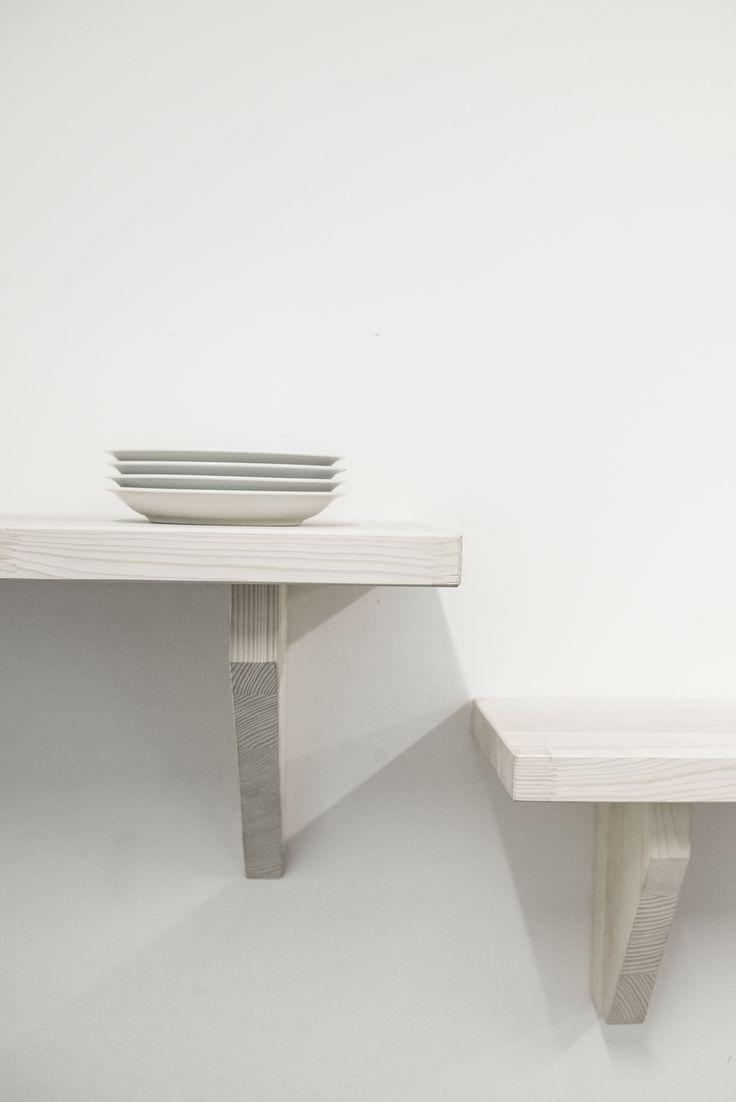 Drewniane, bielone półki wiszące ze wspornikami.