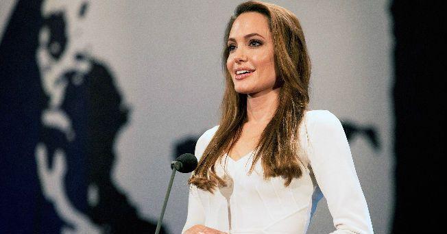 Tras encabezar la lista de las mujeres más elegantes en 2011, Angelina Jolie parece que tiene graves problemas alimenticios, a pesar de ser madre de seis niños.