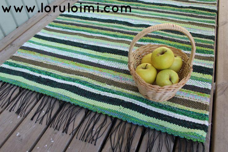Keväänvihreä räsymatto. Käsin leikatuista räsykuteista kudottu matto.   Räsymattoja ja muita mattoja löydät Loruloimen nettikaupasta.