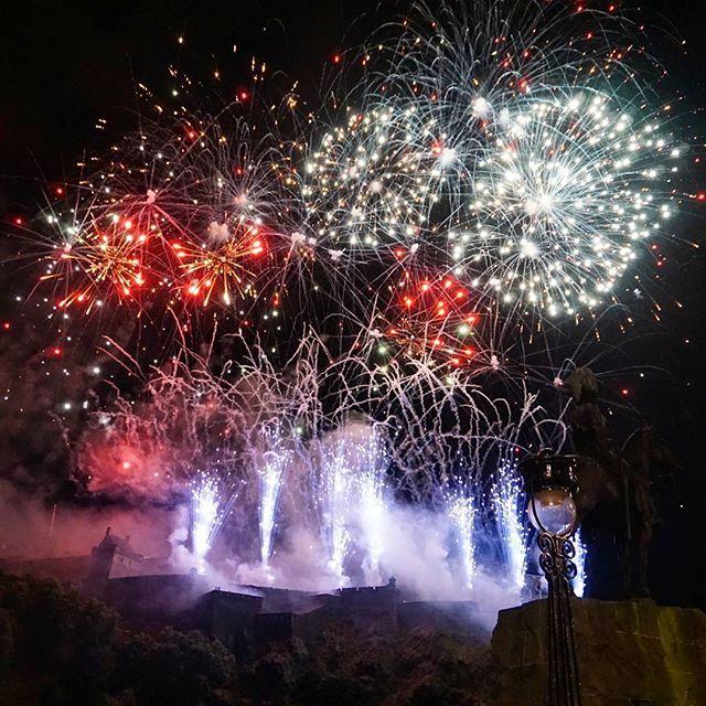 ...and this is how it ends #edinburghcastle #virginmoneyfireworks #orchestra #concert #august #onemonth of #eif #edinburghfestival #fringefestival #edinburghinternationalfestival #scotland #studyabroad #fireworks #エジンバラ #フェスティバル #ライトアップ #花火 #スコットランド #留学 #エジンバラ城 #sonyalpha by patpattacha