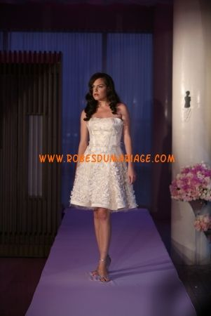 Junko Yoshioka belle robe de mariée courte sans bretelle ornée de fleur organza