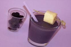 Smoothie mûres banane & sirop de violette. More, banane e sciroppo di violetta