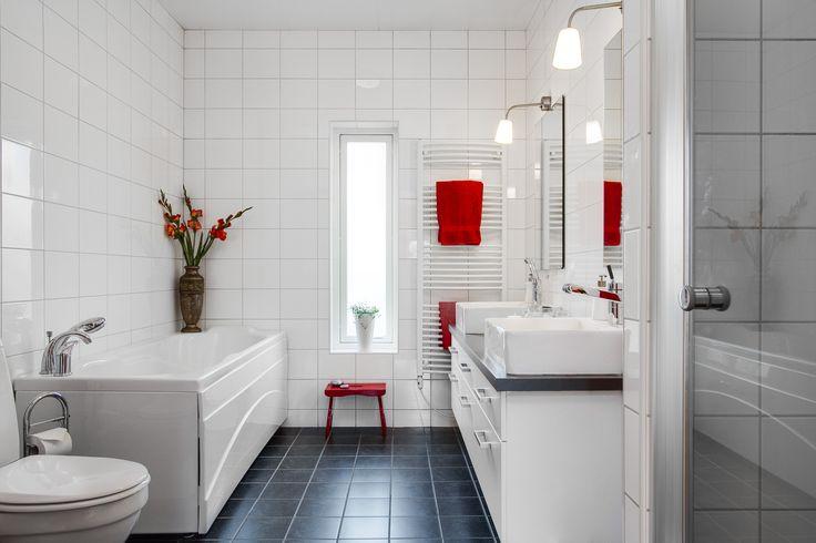 Smakfullt och fräscht badrum! Tänk vad man kan göra med lite röda detaljer!! Snyggt. Ängsflyvägen 13 - Halmstad.