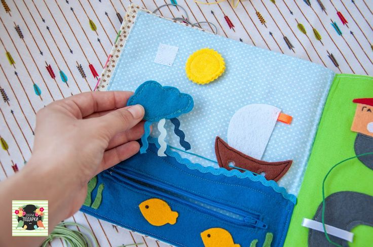 Развивающая книжка из ткани и фетра для мальчика. На страницах развивающей книжки детей ждут великие открытия — знакомство с фигурами, цветом, транспортом, животными. Книжка поможет развить цветовосприятие, мелкую моторику, воображение, решить веселые задачки на внимательность и сообразительность.  Размер: 20х20 см Материал: натуральный хлопок, фетр, липучки, молния, кнопки, пуговицы, дублирин. Развивающая книжечка из фетра - развивающая игрушка, развивающая книжка, развитие мелкой моторики…