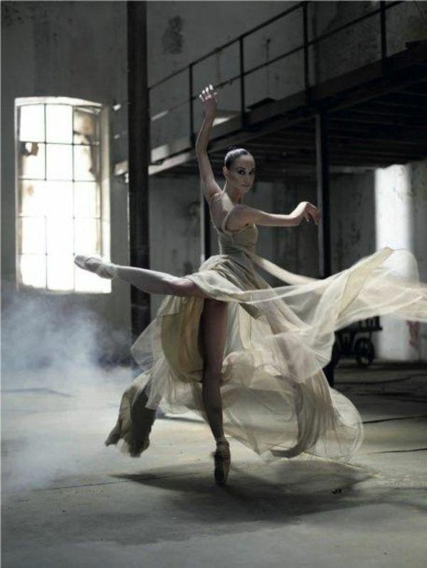 tenue de danse moderne, robe magnifique avec des voiles