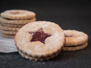 """In der Weihnachtsbäckerei gibt's so manche Leckerei :) Heute lautet die Leckerei """"Spitzbuben"""", auch Linzer Augen, Linzerplätzchen oder Hildaplätzchen genannt. Das sind weiche Mürbeteigkekse mit einer leckeren Marmeladenfüllung. Der zweite Advent und der Nikolaustag liegen hinter uns. Das heißt"""