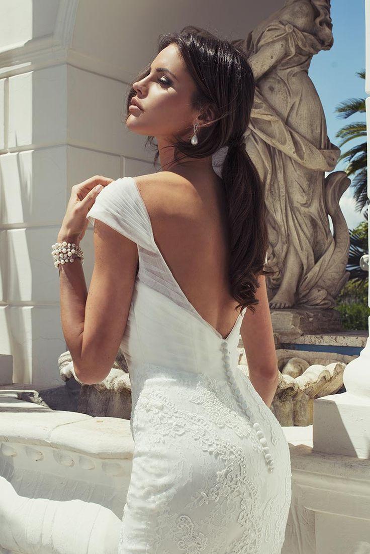 Sensuale e romantica la Sposa dall'Abito a sirena in pizzo chantilly, doppiato con decorazioni in guipure. Scollo omerale con nodo in tulle manoseta che lascia scoperta la schiena.