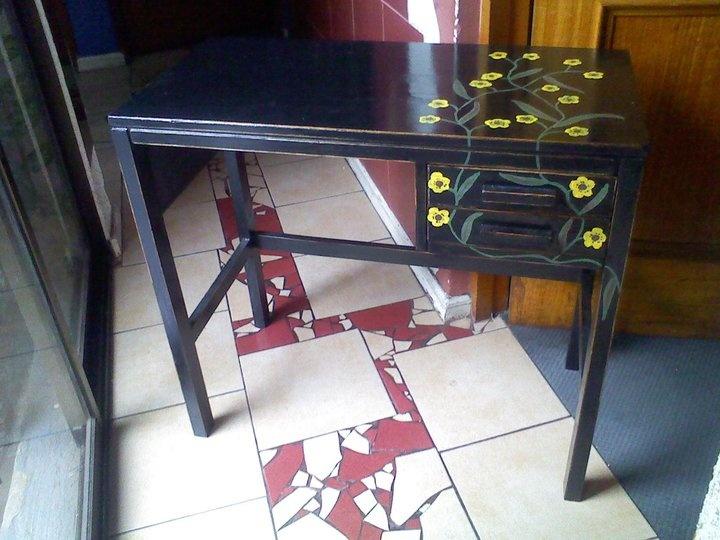 escritorio negro con flores