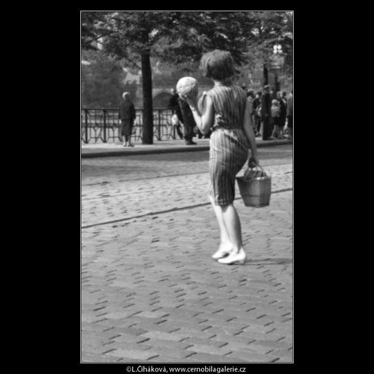 Žena s melounem (1776) • Praha, červenec 1962 • | černobílá fotografie, Národní třída, dlažba, nábřeží, vozovka, ze života |•|black and white photograph, Prague|