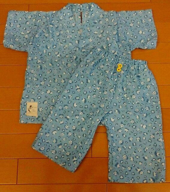 息子の来年のパジャマ用に、有り余るダブルガーゼで。 サイズは大きめに100で作りました。 去年ぐらいに390円/mで売られていて飛びついた、HINODEYAさんのレオパードパンダ柄。 ちまちまと色々なものに使ってきましたが、これでついに使いきりです。 ズボンの前印にはナカムラさんのボタン詰め合わせから。 同じサイズで同じ形の色違いがたくさん入っているから便利ですね。 上着の後ろはループでとめるタイプです。 このループにする資材がなくて… 手芸店に行く余裕もないので、ウーリースピンテープ使ってみたけどこれは失敗だった… ビヨンビヨンに伸びちゃいます。 どうやってリカバリするか悩み中。上着の前には…