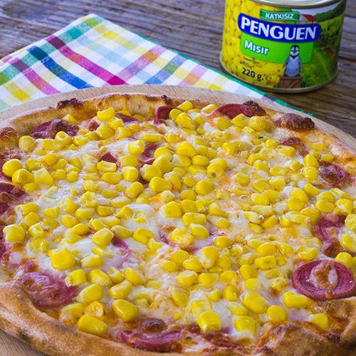 Mısırlı Sosisli Pizza http://www.penguenyemektarifleri.com/Anasayfa/Yemek_Tarifi/44/misirli-sosisli-pizza