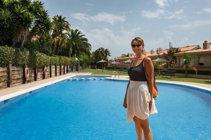 Jolanthe frente a una piscina al final de una sesión de fotografía en una casa de Sitges.