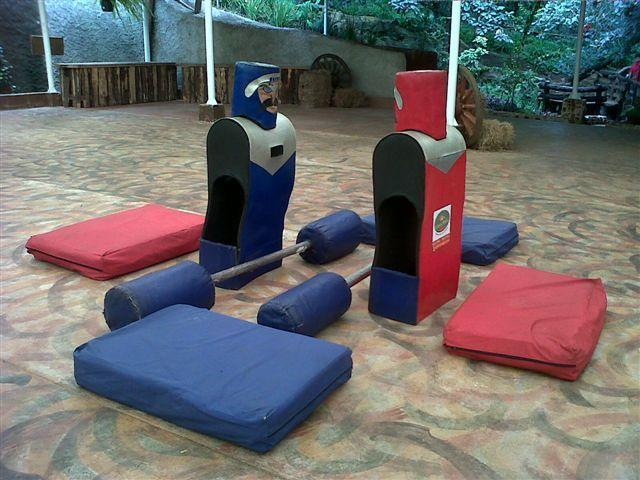 Los Gladiadores!!!  Derriba a tu contrincante con las armas gigantes de esponja.  www.laferiamagica.com