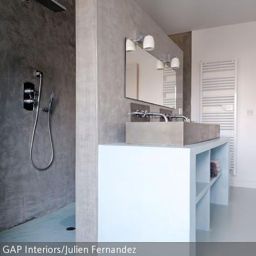 Eine Trennwand zwischen Dusch- und Spülbereich im Bad ist platzsparend und wirkt sehr modern. In Sandfarben mit Weiß erscheint das Badezimmer in natürlichem …