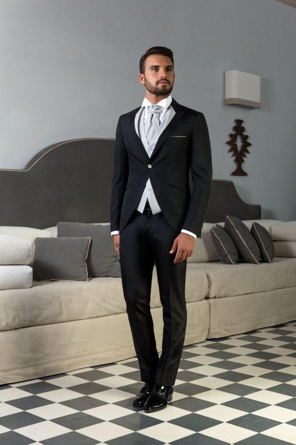 Abito da sposo nero con giacca stondata e revers bicolore coordinato con gilet