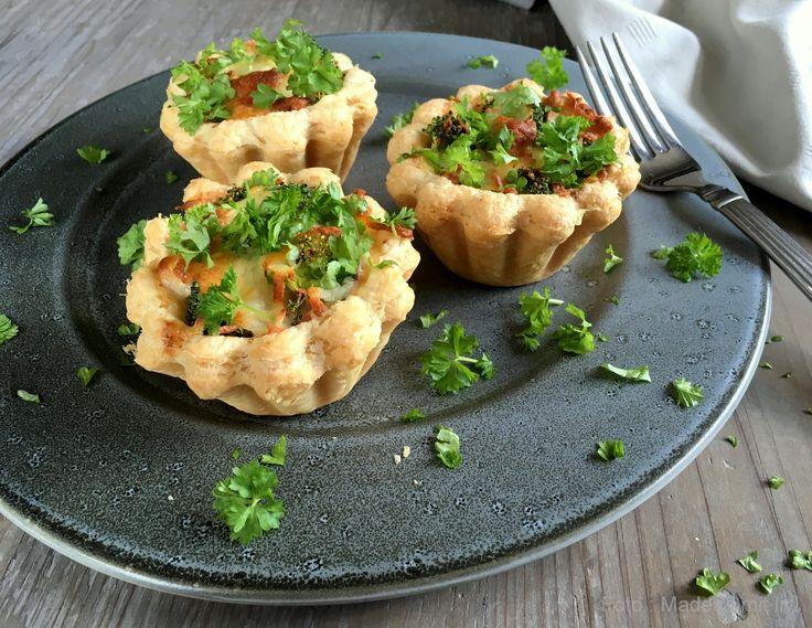 Mini broccolitærter i tarteletskaller må absolut høre til blandt verdens nemmeste opskrifter. Server til frokost, forret, som snack eller på buffet'en