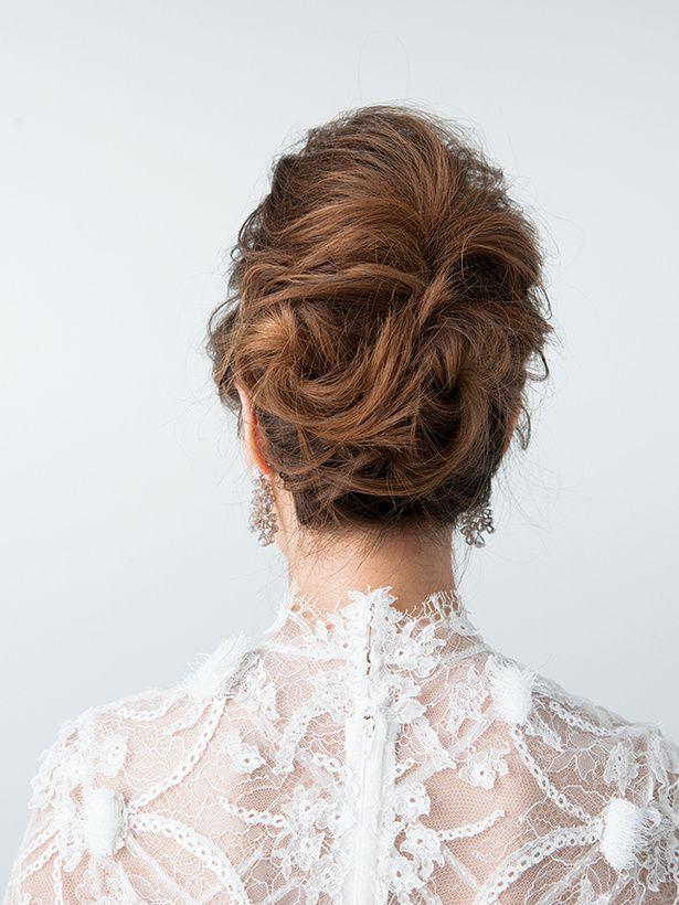 Back Style Side ヘアは上下に分け、下部分をゆるい夜会巻きに。トップの部分はすき毛を入れて高さを出し、下の...