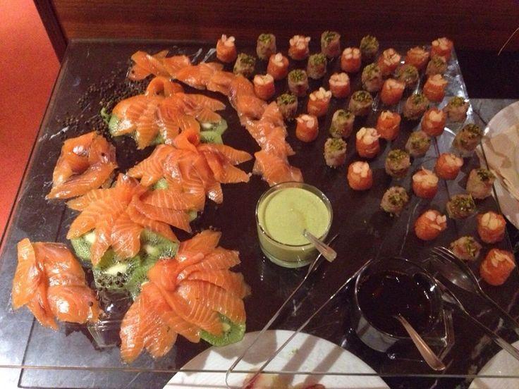 Sashimi di salmone con salsa al wasabi e tartare di mare