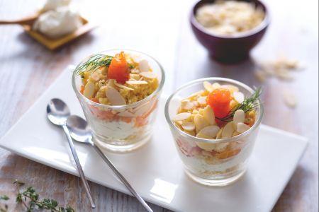 Bicchierini salati al salmone, spuma di formaggio e crumble alle erbe
