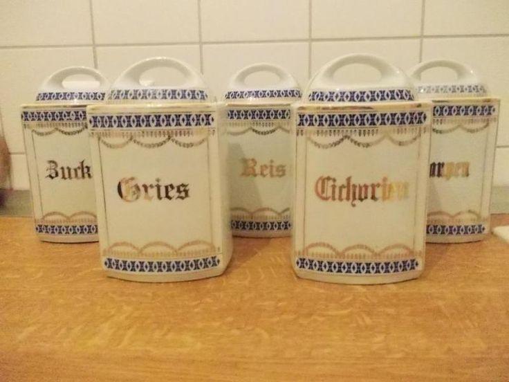 Ich verkaufe 5 schöne antike Porzellan-Vorratsbehälter mit Deckel ausFamilienbesitz.Zucker, Gries, Reis, Cichorien und GraupenAn einem ist innen am Rand ein Defekt (s. Foto) und es ist ein Deckel etwas blass ,ansonsten guter Zustand.Nur komplett zu verkaufen.