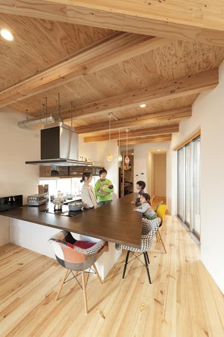 中庭を囲む、家族の好きが詰まった螺旋の家。: 株式会社アートハウス が手掛けたキッチンです。