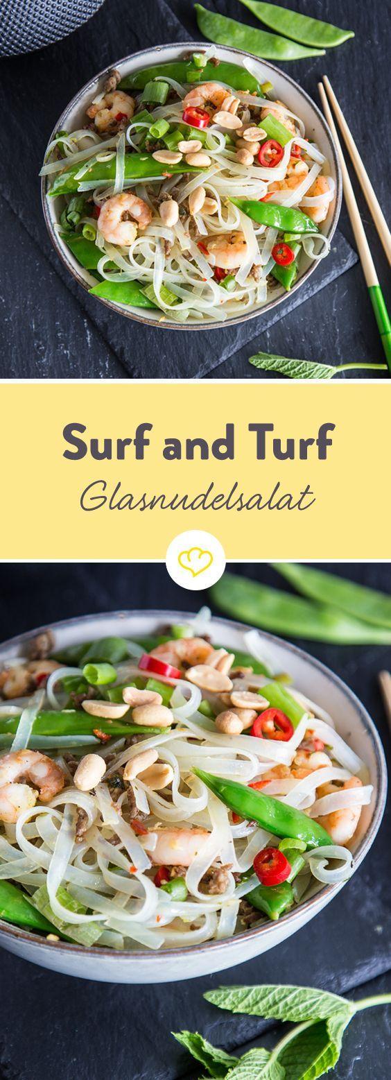 """Glasnudelsalat """"Surf & Turf"""" mit Garnelen und Hackfleisch. Wenn sich dann auch noch , Koriander, Minze und jede Menge Gewürze dazugesellen – wird's ein Festival der Aromen!"""