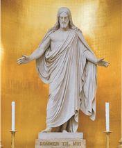 Efter Københavns Bombardement i 1807 fik arkitekten C.F. Hansen til opgave at genopføre Vor Frue Kirke, et arbejde som stod på fra 1810 til 1826. I forbindelse med det eneste besøg i Danmark under sit 41 år lange ophold i Rom fik billedhuggeren Bertel Thorvaldsen i 1819 bestilling på en række statuer i marmor til kirkens indvendige udsmykning: Kristus, de tolv apostle og en dåbsengel. Den 345 cm høje Kristusfigur blev modelleret i 1821 og stod fuldført i 1838. Kristusfiguren kan ses som et…
