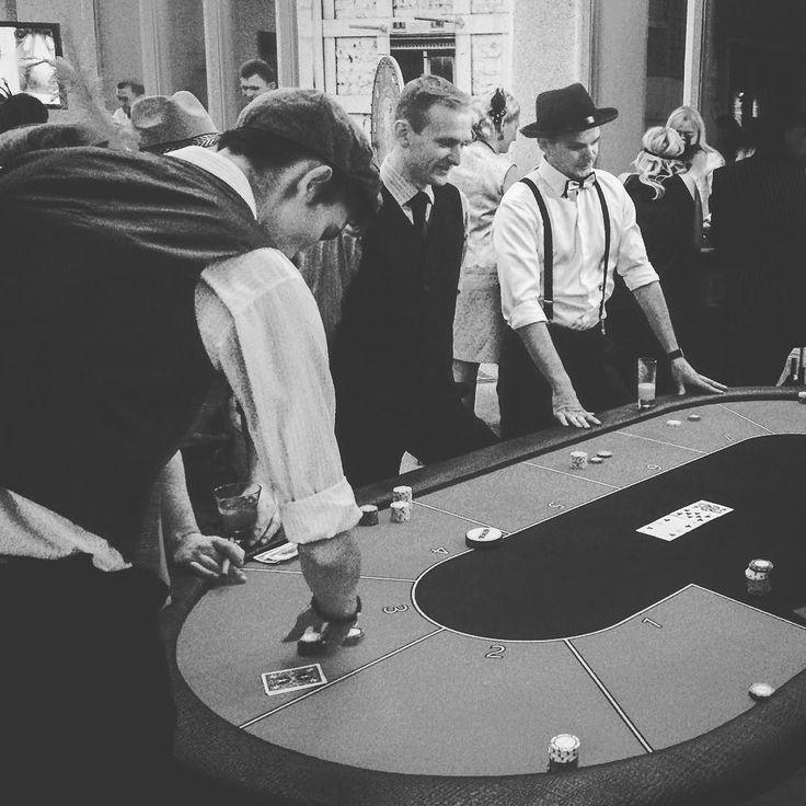 Холдем  самая популярная на сегодня разновидность покера игра с двумя карманными и пятью общими картами используемыми всеми игроками при составлении комбинаций.