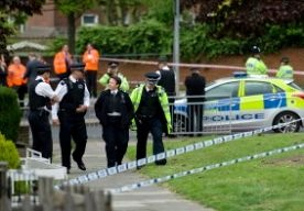 22-May-2013 21:08 - MAN IN LONDEN VERMOORD MET KAPMES. In het zuidoosten van Londen, in de wijk Woolwich, is vandaag op straat een man met onder meer een kapmes om het leven gebracht. De twee aanvallers zouden hun slachtoffer, vermoedelijk een militair, onder het uitroepen van de woorden Allahoe akbar (God is groot) te lijf zijn gegaan. ...