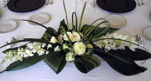 Cool! y nos evitamos el florero!! Dendrobium Orchid, Ranunculus & Aspidistra Centerpiece #RoseOfSharon