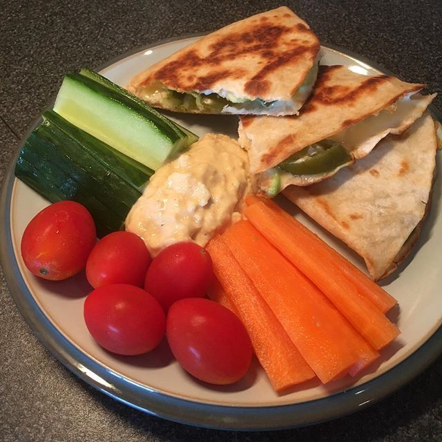 You all know how much I love a quesadilla ♥️ I used my 2nd HEB and HEA with chicken, avocado and jalapeños to make the quesadilla - then served with veggies and syn free houmous 😍 #heathyeating #healthylunch #healthylunchideas #eatmexican #quesadilla #onplan #foodoptimising #nosyns #synfree #bantheavocadosyn #extraeasy #healthyextras #healthypregnancy #swpregnancy #swinsta #instafood #swfamily #slimmingworld