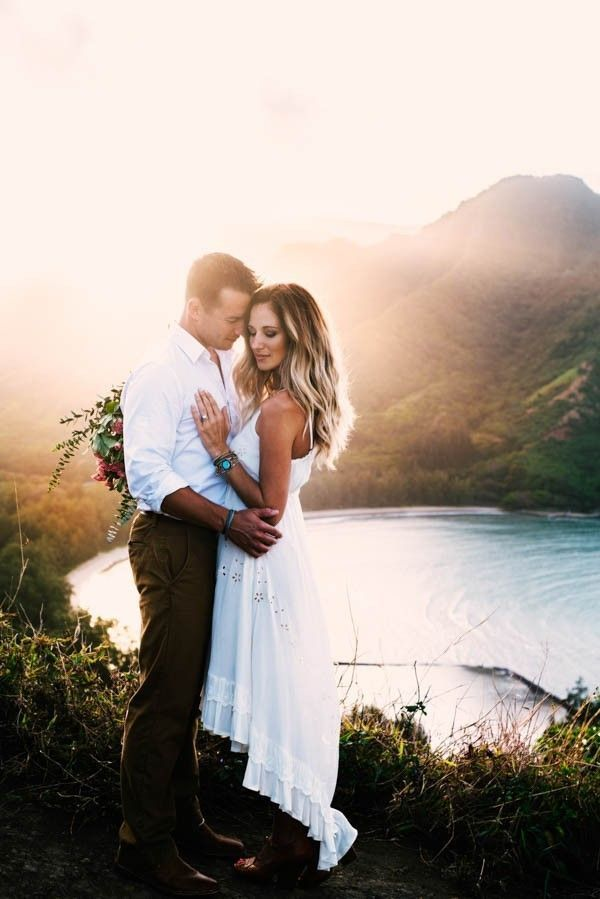 Summer engagement photo outfit inspiration :play with textures in white | Image by Tessa Tadlock