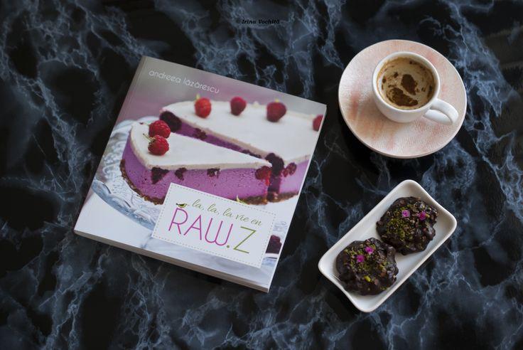 Vă recomand cu drag cea mai delicioasă carte de bucate raw vegane scrisă de Andreea Lazarescu. Fotografiile si food stylingul sunt realizate de Andreea Aron, iar designul de Andreea Crăciun http://sportychoco.ro/2014/05/la-lala-vie-en-raw-z-de-andreea-lazarescu/
