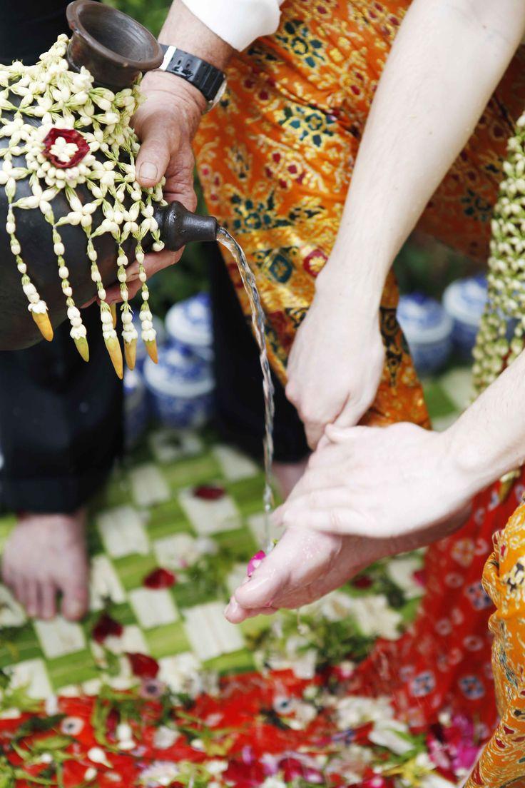 Siraman adat Riau - www.thebridedept.com